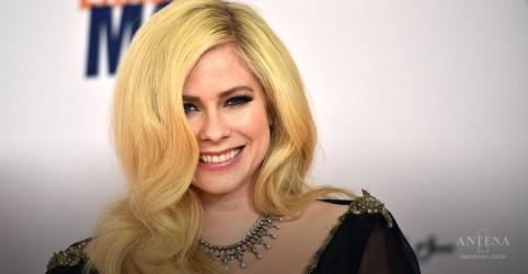 Placeholder - loading - Imagem da notícia Avril Lavigne regrava hit em homenagem