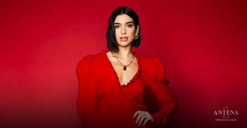 Placeholder - loading - Dua Lipa participa de campanha She Moves Us da Puma