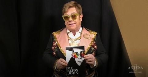 Placeholder - loading - Imagem da notícia Elton John: assista vídeo inédito do cantor lendo trecho de sua autobiografia