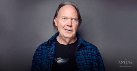 Placeholder - loading - Imagem da notícia Neil Young anuncia lançamento de filme-concerto e álbum duplo ao vivo