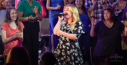 Placeholder - loading - Imagem da notícia Kelly Clarkson canta single ''If I Could Turn Back Time'', da Cher