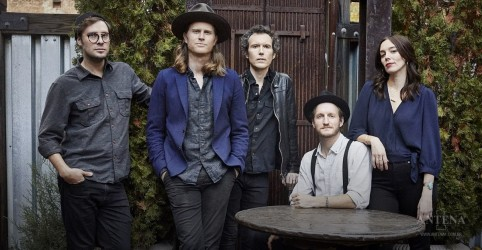 "Placeholder - loading - Imagem da notícia The Lumineers performa ""Salt and Sea"" no The Tonight Show"