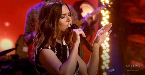 "Placeholder - loading - Imagem da notícia Mandy Moore performou ""Save a Little for Yourself"" no The Ellen Show"