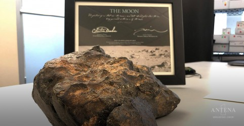 Placeholder - loading - Imagem da notícia Astronautas trazem pedras lunares para a Terra