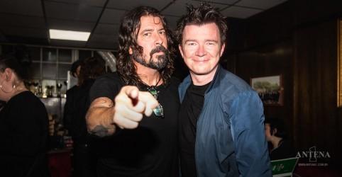 Dave Grohl e Rick Astley fazem surpresa para público em show