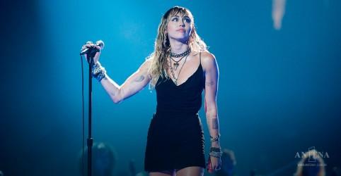 Miley Cyrus realiza cirurgia nas cordas vocais e ficará afastada por semanas, aponta revista do exterior
