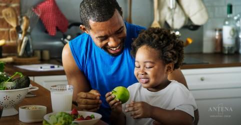 Comunicar as crianças sobre os benefícios dos alimentos faz com que os pequenos optem pelo mais saudável, aponta estudo