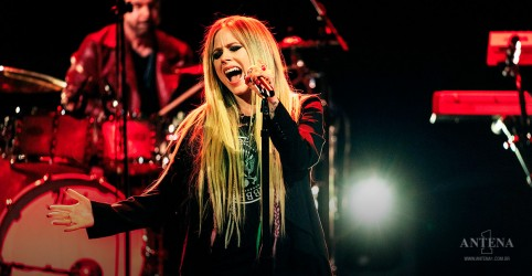 "Placeholder - loading - Avril Lavigne canta ""Tell Me It's Over"" na televisão norte-americana"