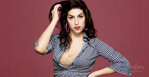 Placeholder - loading - Imagem da notícia Pai de Amy Winehouse fala sobre visitas da filha