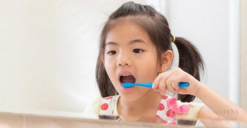 Cuidado com a quantidade de creme dental usada pelas crianças