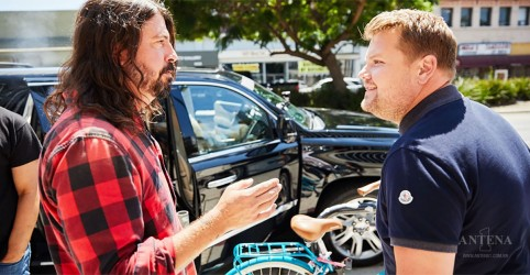 Placeholder - loading - Imagem da notícia Foo Fighters participa do Carpool Karaoke