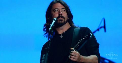 Placeholder - loading - Imagem da notícia Reação de Dave Grohl com fã que invade palco