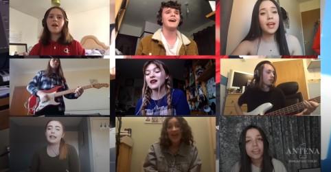 Placeholder - loading - Imagem da notícia Elton John: alunos de escola inglesa performam hit lendário!