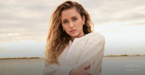 Placeholder - loading - Imagem da notícia Miley Cyrus faz performance ao vivo em estádio vazio