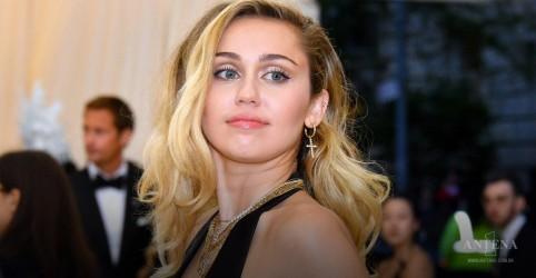 Placeholder - loading - Imagem da notícia Miley Cyrus faz homenagem com clipe 'Angels Like You'
