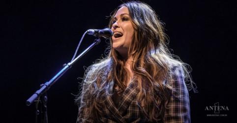 Placeholder - loading - Imagem da notícia Alanis Morissette lança novo trabalho após oito anos sem disco de inéditas