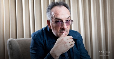 Placeholder - loading - Imagem da notícia Hoje é aniversário de Elvis Costello