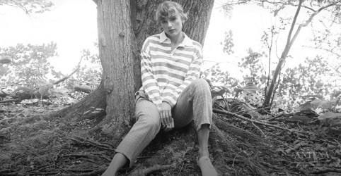 Placeholder - loading - Imagem da notícia Taylor Swift estreia novo álbum gravado em quarentena