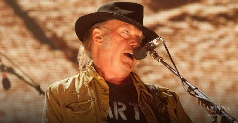 Placeholder - loading - Imagem da notícia Neil Young libera versão inédita de 'The Losing End (When You're On)'; ouça