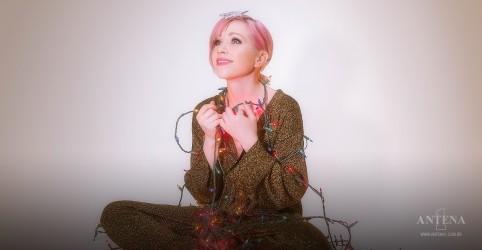 Placeholder - loading - Imagem da notícia Carly Rae Jepsen lança novo clipe natalino