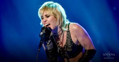 Placeholder - loading - Imagem da notícia Miley Cyrus faz nova versão de Head Like a Hole