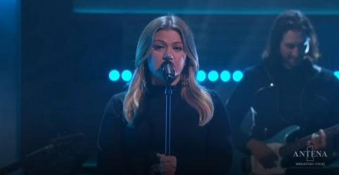Placeholder - loading - Imagem da notícia Kelly Clarkson faz cover de 'Torn', de Natalie Imbruglia; assista