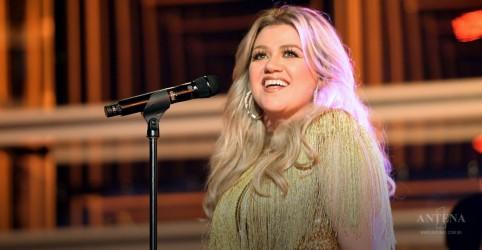Kelly Clarkson se emociona ao fazer cover em show