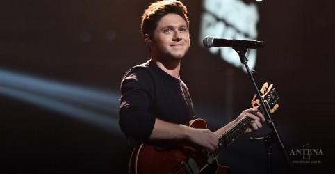 Placeholder - loading - Niall Horan faz performance em programa televisivo