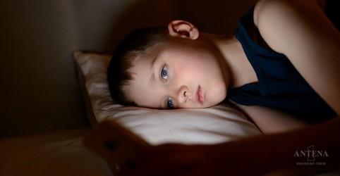 Placeholder - loading - Imagem da notícia Uso de celular a noite atrapalha sono de crianças