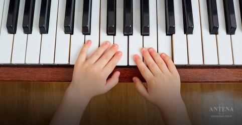 Aprender piano desde cedo traz benefícios à linguagem