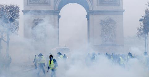 Placeholder - loading - Imagem da notícia Macron busca solução para crise dos 'coletes amarelos' na França