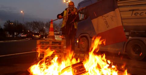 Placeholder - loading - Imagem da notícia Governo francês deve suspender aumento de impostos sobre combustíveis, diz fonte