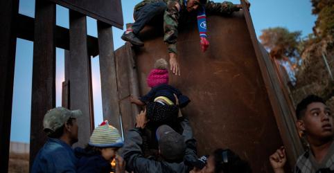 Placeholder - loading - Imagem da notícia Cansados de esperar asilo, imigrantes de caravana violam fronteira dos EUA