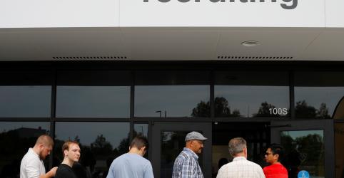 Criação de vagas de trabalho nos EUA desacelera em novembro; salários sobem menos que o esperado