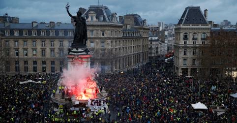 Macron prepara resposta a coletes amarelos após nova onda de protestos violentos