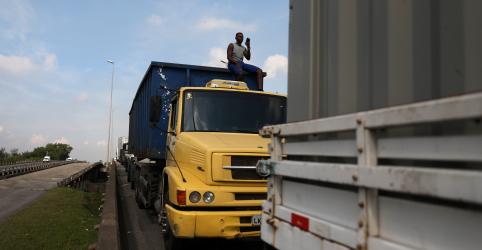 Caminhoneiros encerram bloqueios em trechos da Dutra, diz PRF
