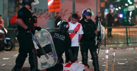 Placeholder - loading - Imagem da notícia Torcedores do River entram em confronto com polícia argentina em comemoração de título da Libertadores
