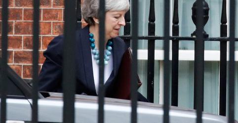 Placeholder - loading - Imagem da notícia Premiê britânica May diz que vai adiar votação do Brexit no Parlamento