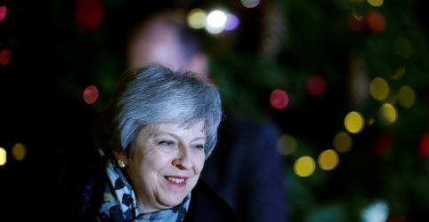 Premiê britânica Theresa May ganha voto de confiança do partido por 200 votos a 117
