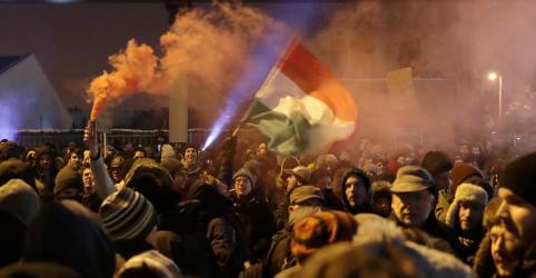 Húngaros protestam em prédio da TV estatal para exigir independência da mídia e do Judiciário