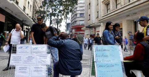 Taxa de desemprego cai a 12,1% no Brasil no tri até agosto; desânimo permanece alto