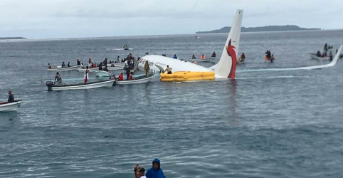 Passageiros e tripulantes sobrevivem a queda de avião no mar da Micronésia
