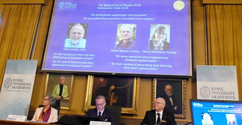 Placeholder - loading - Imagem da notícia Inovações no uso do laser rendem Prêmio Nobel de Físicaa trio de cientistas