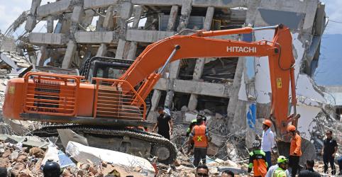 Sobreviventes de terremoto na Indonésia relatam busca por alimentos em 'cidade zumbi'