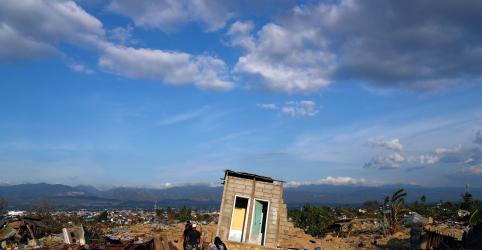 Luz e TVs voltam em cidade indonésia devastada por tremor, mas destino de milhares ainda é desconhecido