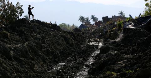 Placeholder - loading - Imagem da notícia Corpo de mãe agarrada a bebê é encontrado na Indonésia; mortos de terremoto superam 1.500