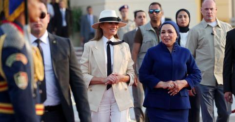 Placeholder - loading - Imagem da notícia Melania Trump encerra viagem à África e diz estar contente que Kavanaugh e acusadora foram ouvidos