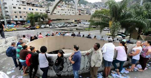 Eleitores votam com expectativa de decisão plebiscitária para o Planalto no 2º turno