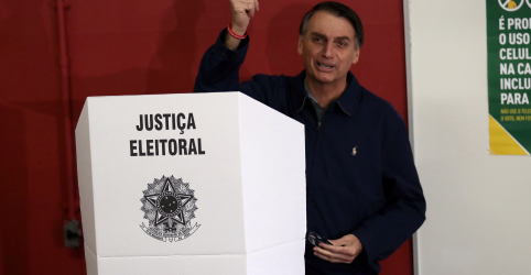 Placeholder - loading - Bolsonaro diz estar confiante em vitória no 1º turno após votar em vila militar do Rio