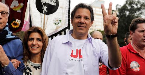 Petistas comemoram boca de urna que indica 2º turno depois de horas de tensão